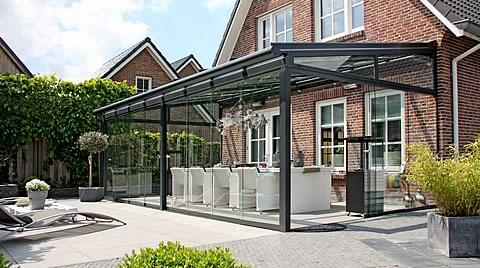 Terrassenüberdachung aus Aluminium und Glas.