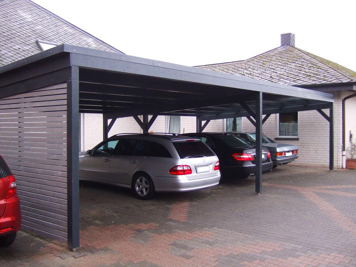 Drei Autos unter einem Carport