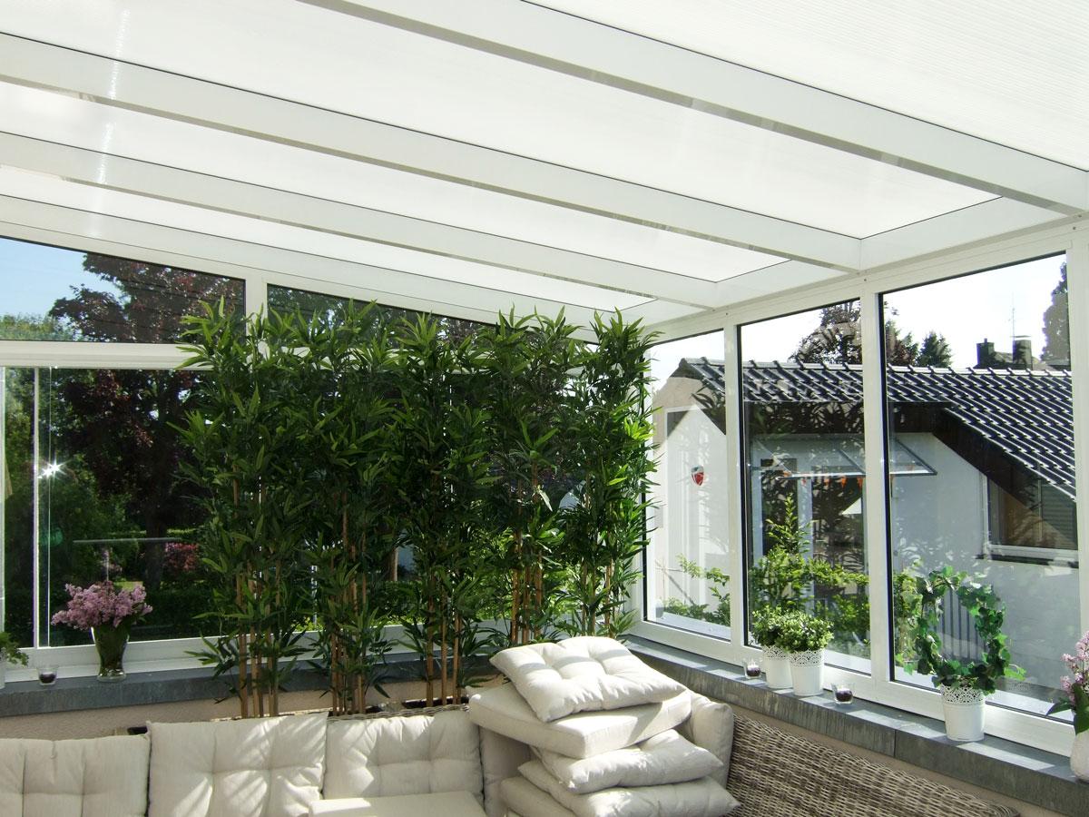 Helle, weiße Terrassenüberdachung