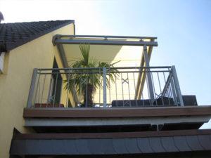 Markise auf einem Balkon.