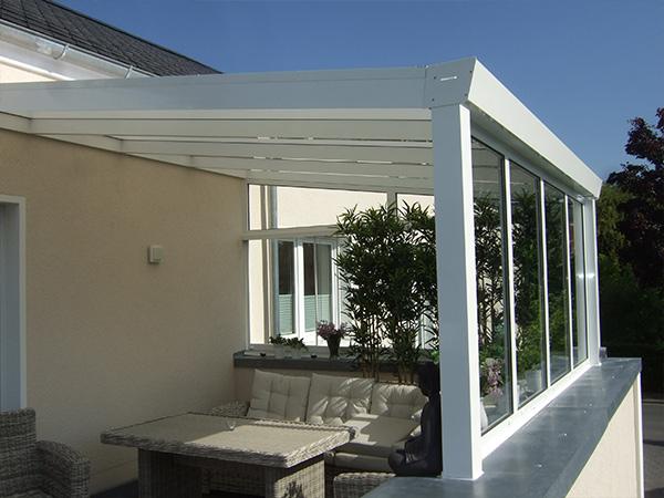 Weiße Terrassenüberdachung